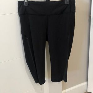 Lululemon cropped black leggings with back pocket.